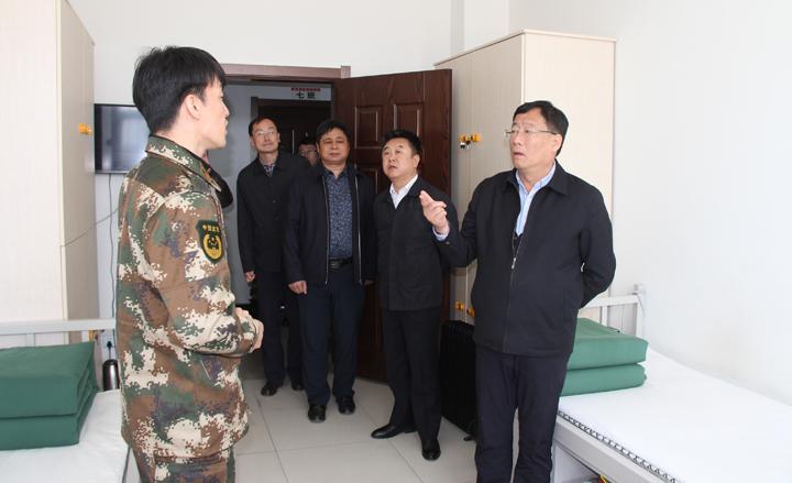 郭石林副厅长详细了解队员的日常待命情况.jpg