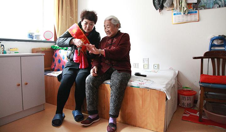 社区志愿者为孤寡老人剪指甲.jpg