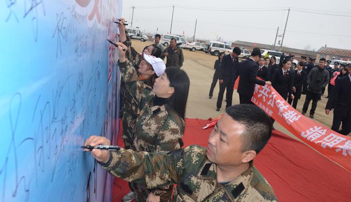 14-生态保护志愿者们在签名墙上郑重签字.jpg