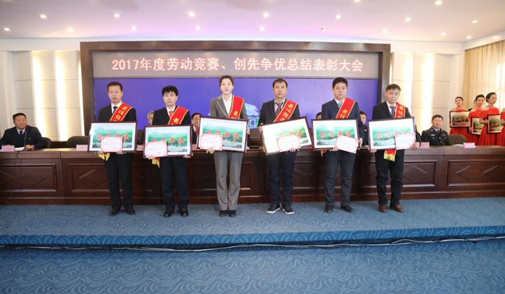 荣获2017年度汪林最佳经营管理者,接受颁奖.jpg
