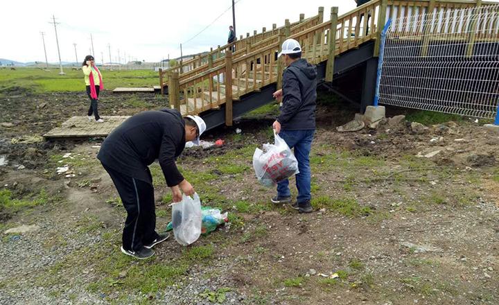 大石头林业局社区志愿者服务在行动—湿地公园清扫垃圾行动.jpg