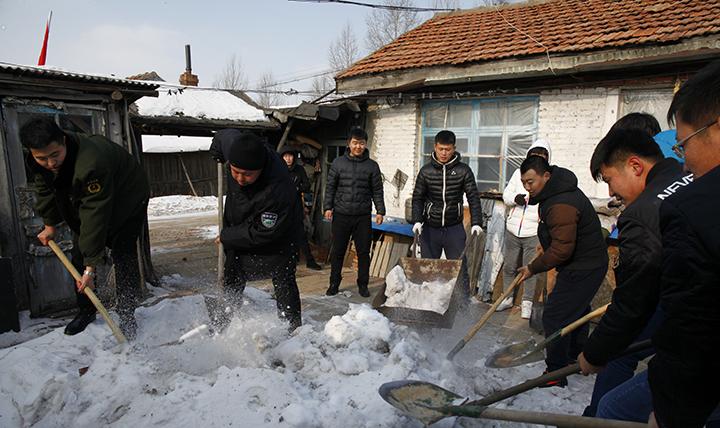 大石头林业局社区志愿者服务在行动—为林区百姓清扫积雪.jpg