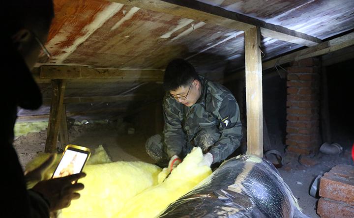 大石头林业局社区志愿者服务在行动—为林区百姓维修楼房补漏.jpg