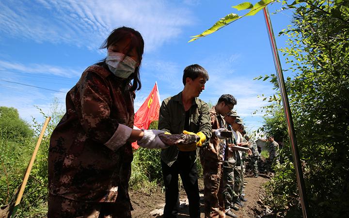 大石头林业局社区志愿者服务在行动—抗洪抢险.jpg