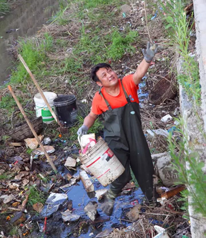 裴云雷在义务清理河道.png