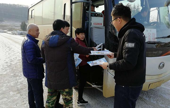 22.向通往林场的班车发放宣传单.jpg